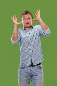 Me temo que. susto. retrato del hombre asustado. hombre de negocios de pie aislado en estudio verde de moda.