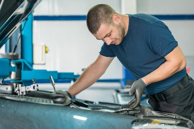 Mecánico arreglando un coche en su garaje