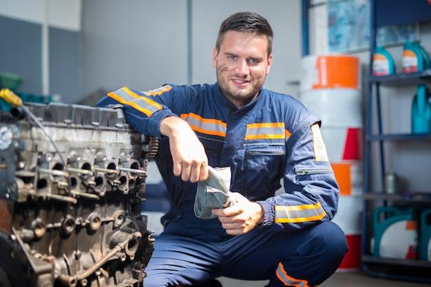 Mecánico de automóviles profesional en taller de reparación