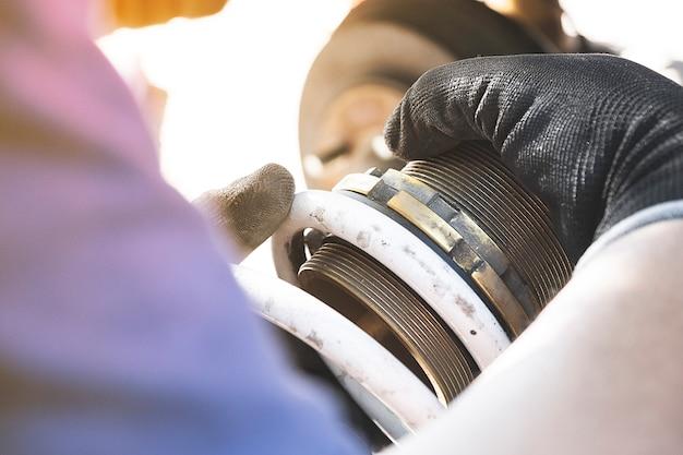 Mecánico de automóviles reparación de automóviles para clientes en el garaje