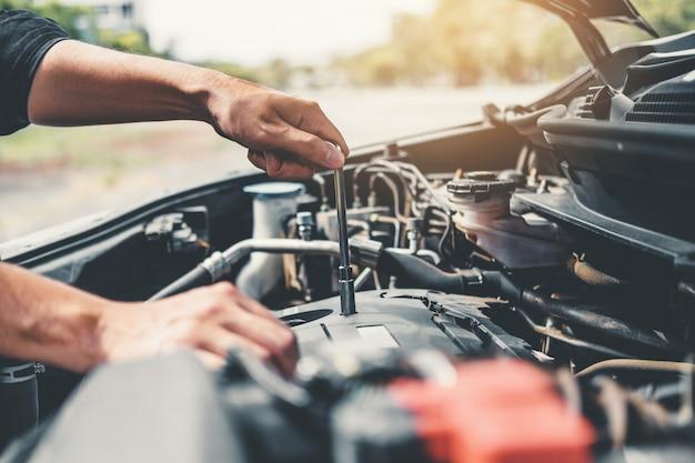 Mecánico de automóviles trabajando en el garaje técnico técnico de mecánica de automóviles trabajando en la reparación de automóviles
