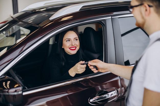 Mecánico con cliente en estación de servicio de automóviles