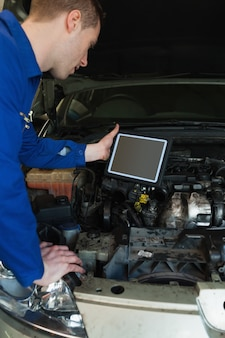 Mecánico en coche con tablet pc