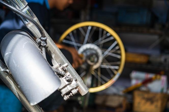 Mecánico de automóviles reparación de motocicletas en taller de reparación de bicicletas