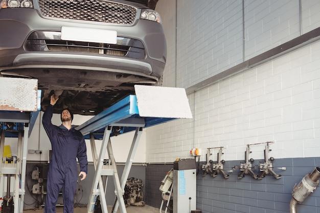 Mecánico examinando un coche