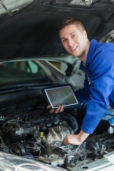 Mecánico feliz con tableta digital
