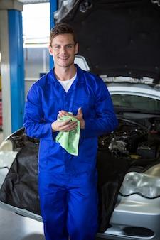 Mecánico limpiándose las manos con la servilleta