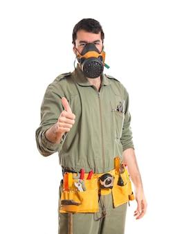 Mecánico en la máscara de gas
