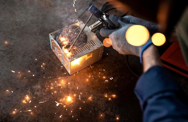 Mecánico masculino que trabaja en su taller