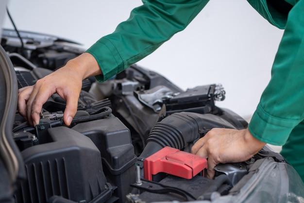 Mecánico profesional que brinda servicio de reparación y mantenimiento de automóviles.