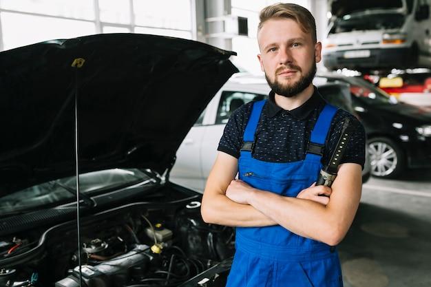 Mecánico que fija el coche en el garaje