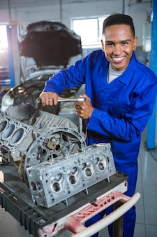 Mecánico de reparación de piezas coche