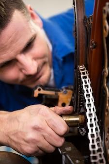 Mecánico trabajando en un motor en el taller de reparación