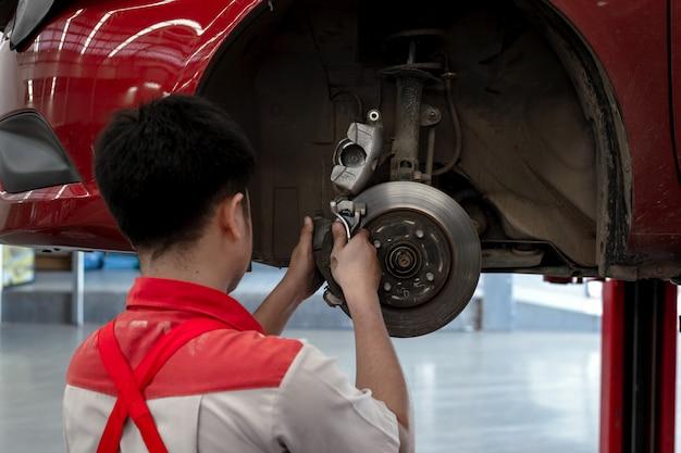 Mecánico trabajando en mantenimiento de automóviles