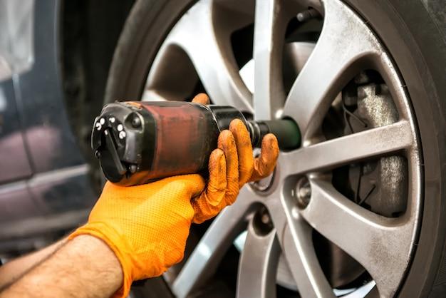 Mecánico trabajando en una rueda de coche
