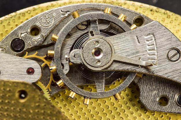 Mecanismo de primer plano del reloj antiguo
