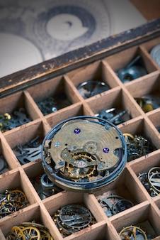 Mecanismo de reloj vintage con muchos detalles de cerca
