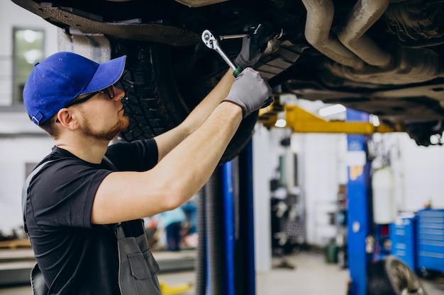 Mecanista de coches haciendo servicio de coche