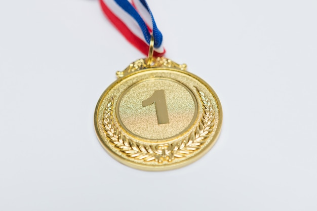 Medalla de oro de logros deportivos para el primer clasificado, sobre fondo blanco. concepto de deporte y juegos olímpicos