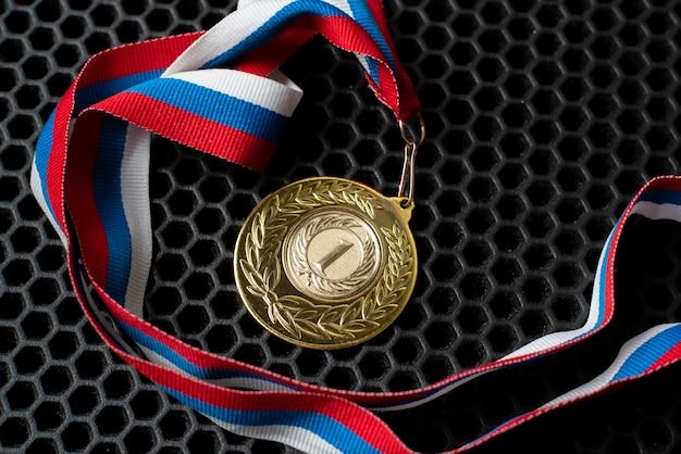 Una medalla de oro para la recompensa del primer lugar, el éxito en el concepto de competencia