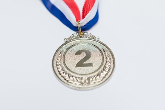 Medalla de plata al logro deportivo para el segundo clasificado, sobre fondo blanco. juegos olímpicos y concepto de deporte.