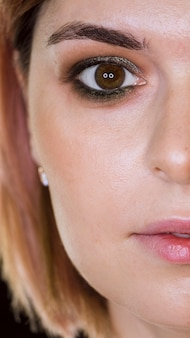 Media cara del cliente de maquillaje