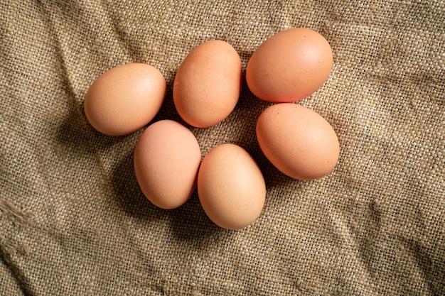 Media docena de huevos marrones sobre cilicio marrón