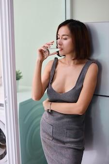 Media longitud atractiva y sorprendente mujer asiática
