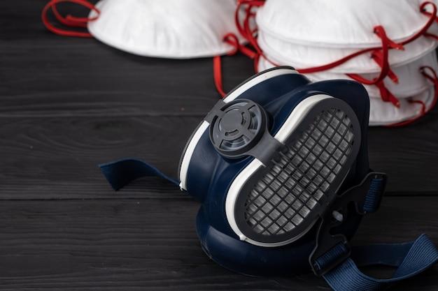 Media máscara de respirador con mascarilla médica. concepto de protección de la salud
