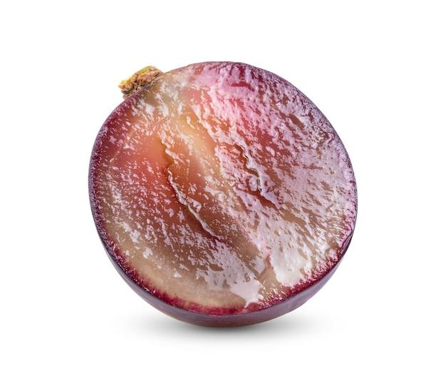 Media uva aislado sobre fondo blanco.