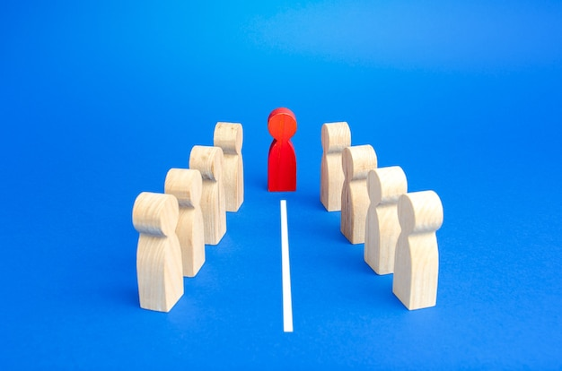 El mediador separa dos grupos en conflicto con una línea blanca.