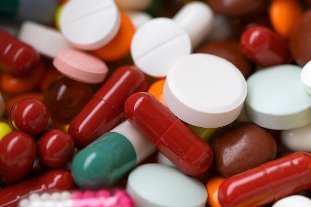 Medicamentos, cápsulas multicolores y pastillas.