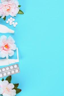 Medicamentos para la gripe, enfermedad, resfriado, tos contra un fondo azul con tabletas. vista superior, endecha plana.