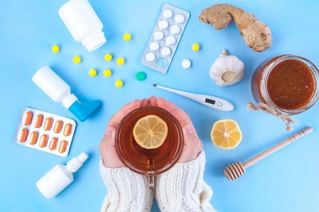 Medicamentos, píldoras, termómetro, medicina tradicional para el tratamiento de resfriados, gripe, calor. mantenimiento de la inmunidad. enfermedades estacionales. vista superior. medicina plana