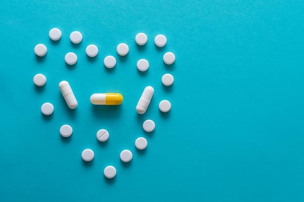 Medicamentos sobre un fondo azul.