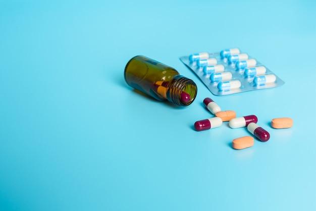 De medicamentos, suministros médicos colocados en un azul.