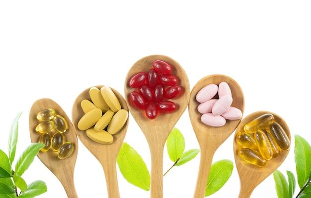 Medicina alternativa a base de hierbas, vitaminas y suplementos naturales.