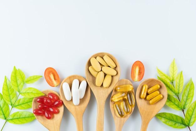 Medicina alternativa a base de hierbas, vitaminas y suplementos.