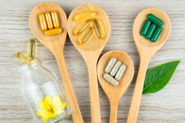 Medicina alternativa, pastillas, tabletas, cápsulas y suplementos orgánicos vitamínicos.