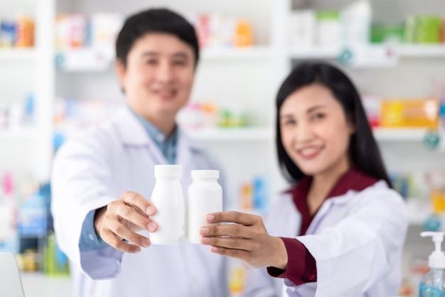 Medicina de botella de plástico blanco en la mano