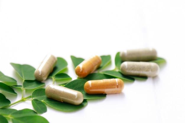 La medicina herbaria en cápsulas para una alimentación saludable de una buena vida