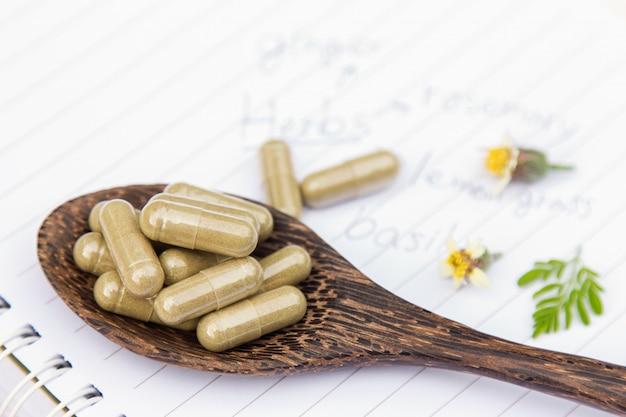 Medicina herbaria en polvo con cápsulas para una alimentación saludable de muchas hierbas