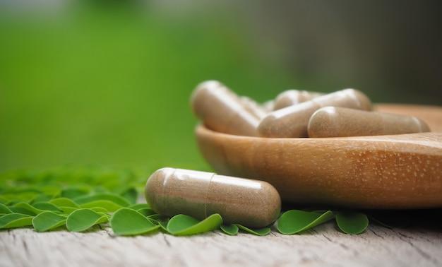 Medicina herbaria en polvo con cápsulas para una alimentación saludable