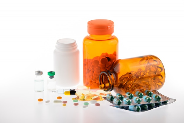 Medicina, pastilla, cápsula, inyección, ampolla sobre fondo blanco