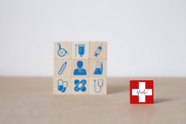 Medicina y salud en bloque de juguete de madera.