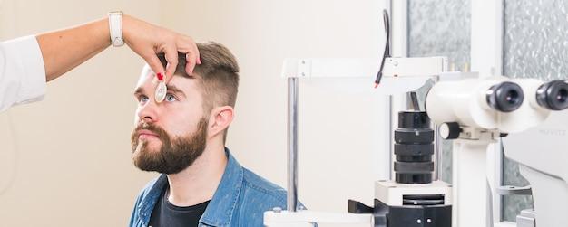 Medicina, salud, concepto de oftalmología: el oftalmólogo examina los ojos del paciente.