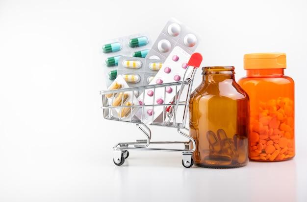 Medicina, suplementos en carro, concepto de entrega en línea