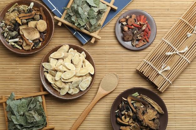 Medicina tradicional china y antiguo libro médico sobre bambú