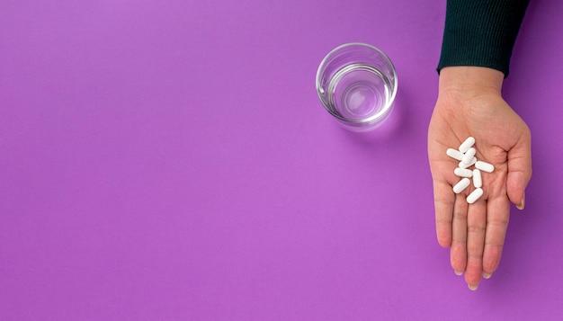 Medicina y vaso de agua