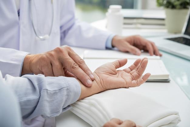 Medición de la frecuencia del pulso del paciente